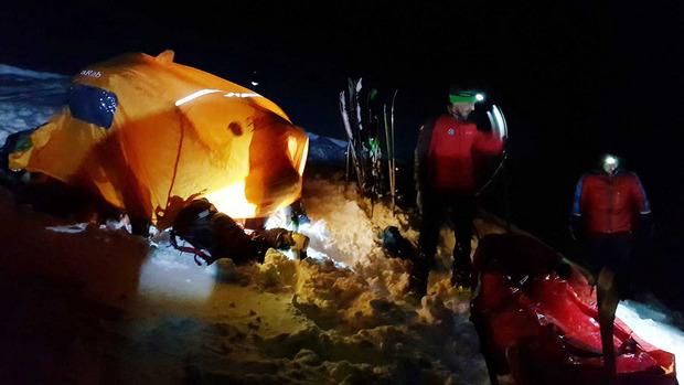Die Bergrettungen Jenbach und Schwaz stiegen zum Verletzten auf und bargen ihn.
