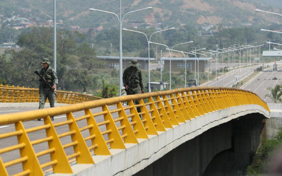 An einer Brücke an der Grenze zu Kolumbien werden Hilfslieferungen vom Militär blockiert.