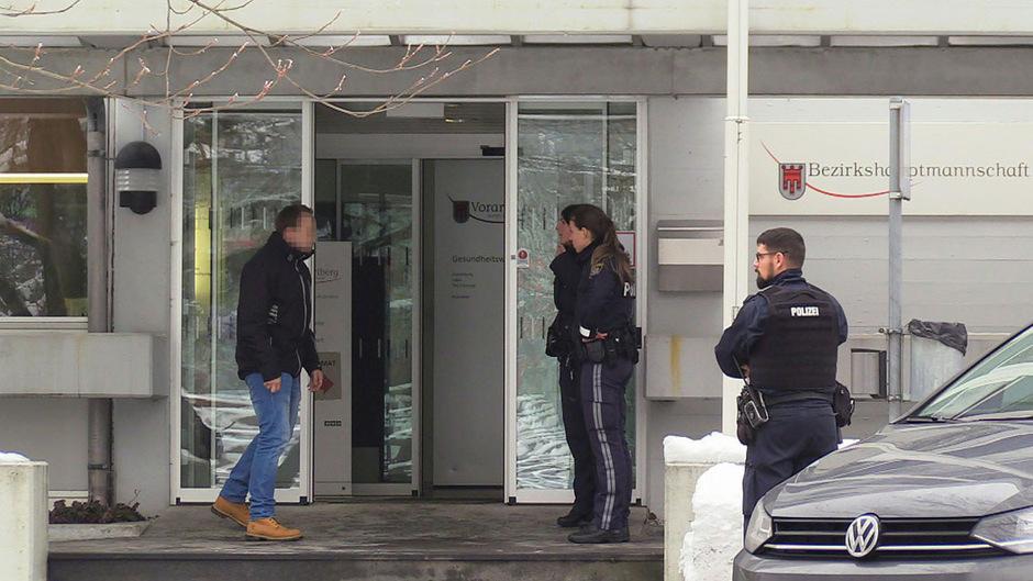 Einsatzkräfte am Tatort vor der Bezirkshauptmannschaft Dornbirn.