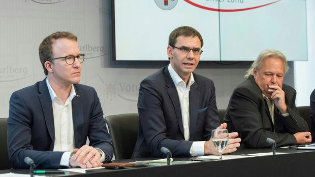 Sicherheitslandesrat Christian Gantner (ÖVP), Vorarlbergs Landeshauptmann Markus Wallner (ÖVP) und Norbert Schwendinger (Landeskriminalamt) anlässlich einer Pressekonferenz nach der tödlichen Messerattacke.