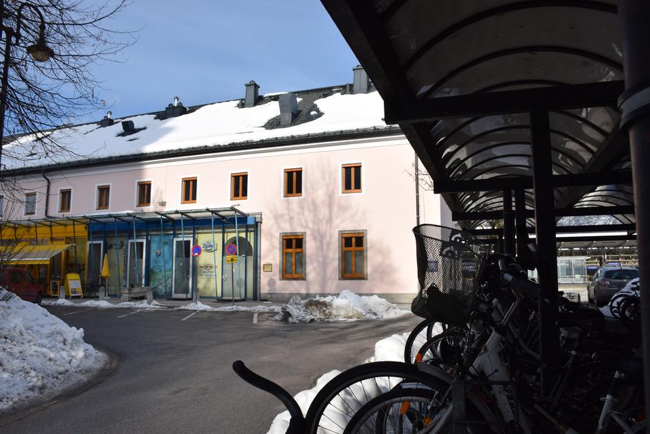 Im ehemaligen Restaurant entsteht ein Infobüro über die Unterinntalbahn. Auch der Fahrrad-Parkplatz (r.) soll erneuert werden.