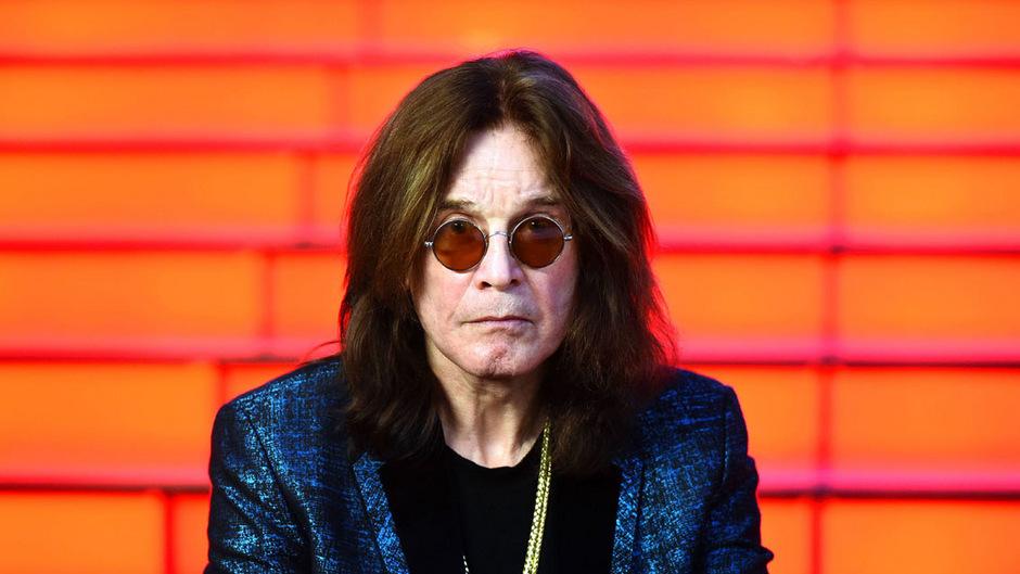 Der 70-jährige Ozzy Osbourne ist untröstlich, dass er nun schon zum wiederholten Mal Konzerte seiner Tournee absagen muss.