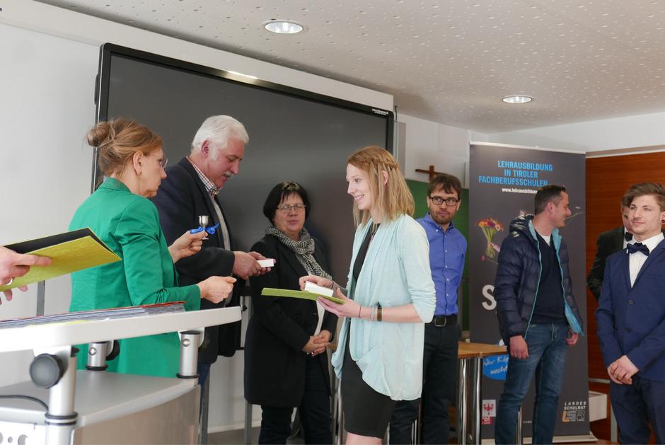 Chantal Wanner erhält ihr Zeugnis von Susanna Tasch, Vize-BM Kurt Steiner, Elisabeth Bachler (Leiterin Bildungsregion Tirol Ost) und Lehrer Christian Blaßnig (v.l.).