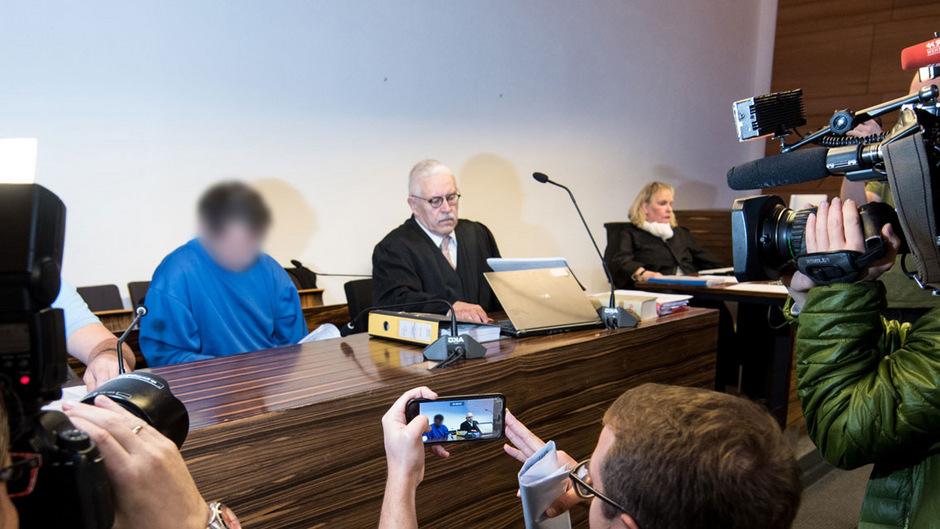 Der Mann auf der Anklagebank soll auch für den Tod der französischen Studentin Lucile in Kufstein verantwortlich sein. Er wurde wegen Mordes zu lebenslanger Haft verurteilt - das Urteil ist mittlerweile rechtskräftig.