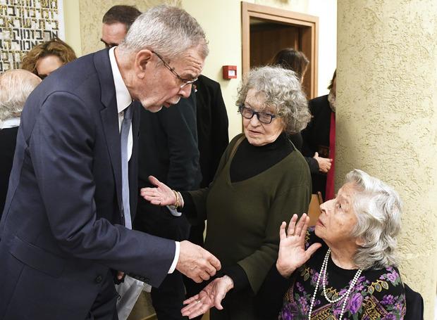 Alexander Van der Bellen mit  einer Altösterreicherin während eines Besuchs des Zentralkomitee der Juden aus Österreich (ZKJÖ).