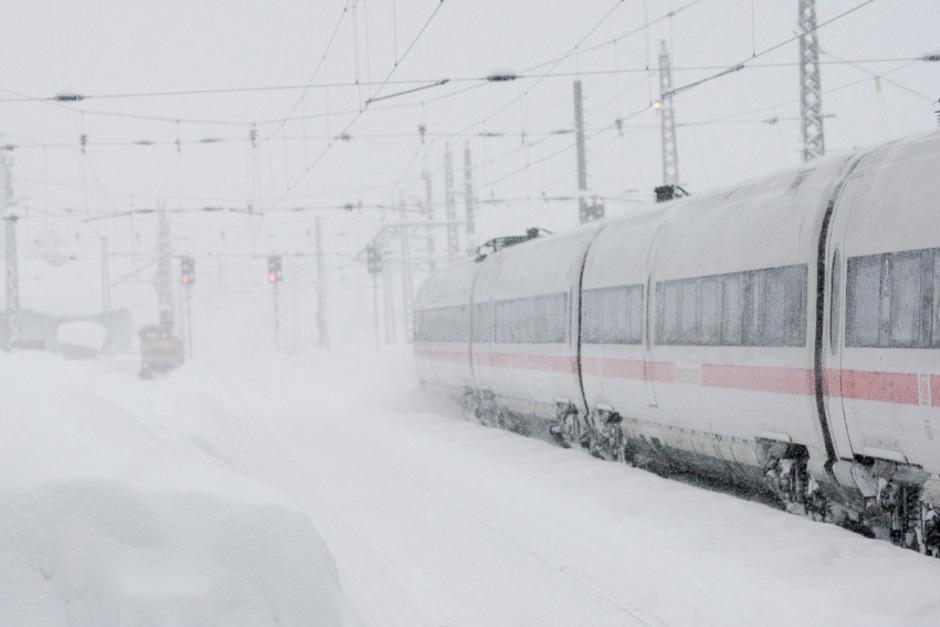 Fahrt ins Ungewisse: Wenn gar nichts mehr geht, weil etwa Lawinen die Bahnstrecken bedrohen, stehen den Bahnreisenden Entschädigungen zu.