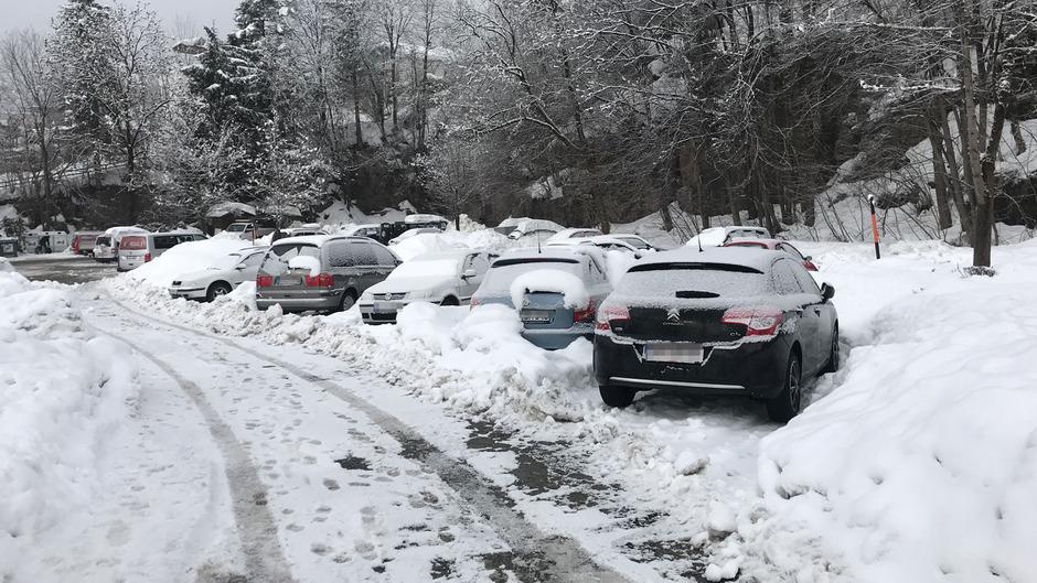 Durch die starken Schneefälle hat sich die prekäre Parksituation auf der Hungerburg weiter verschärft.
