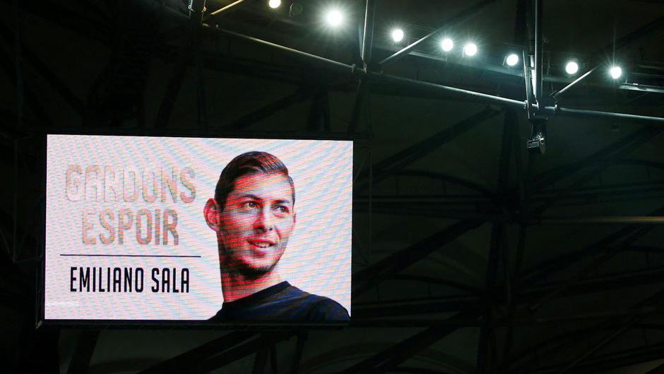 In vielen Fußballstadien wurde um Sala getrauert. Nun ist sein Tod offiziell bestätigt.