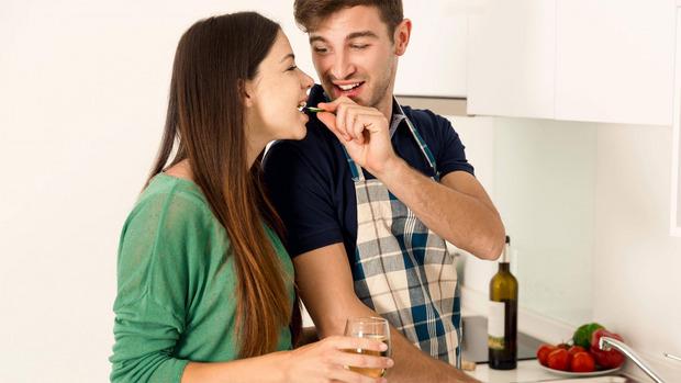 Studien zeigen, dass glückliche Paare im Schnitt mehr wiegen als Singles.