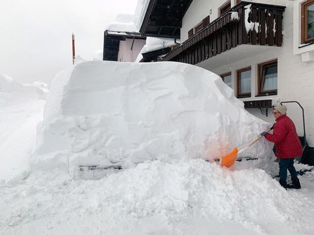 Teilweise mussten die Autos unter den Schneemassen erahnt werden.