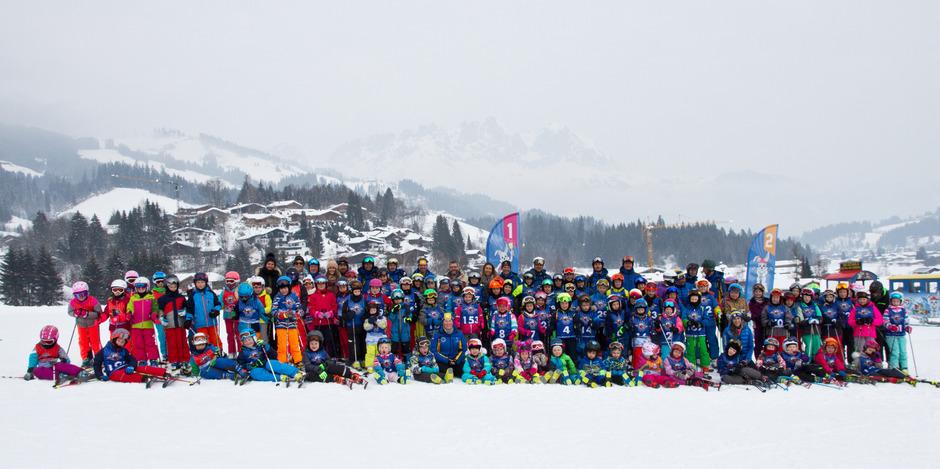 Die begeisterten Kinder der Volksschule und des Kindergartens Reith mit den Unterstützern und Initiatoren des Schulskikurses und den Skilehrern der Skischule Reith.