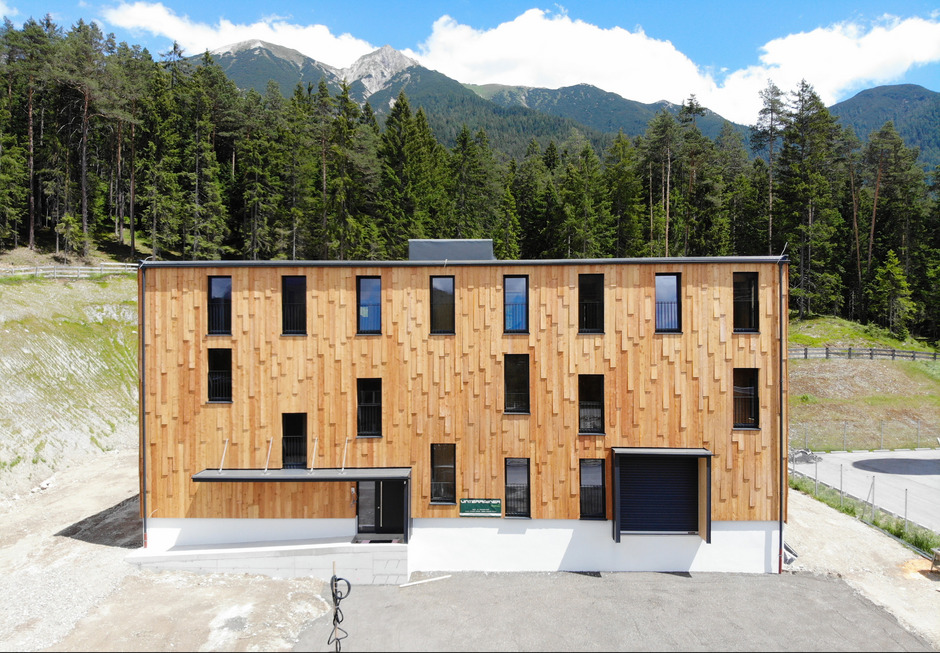 Gearbeitet wird in einem energieautarken Holzhaus.