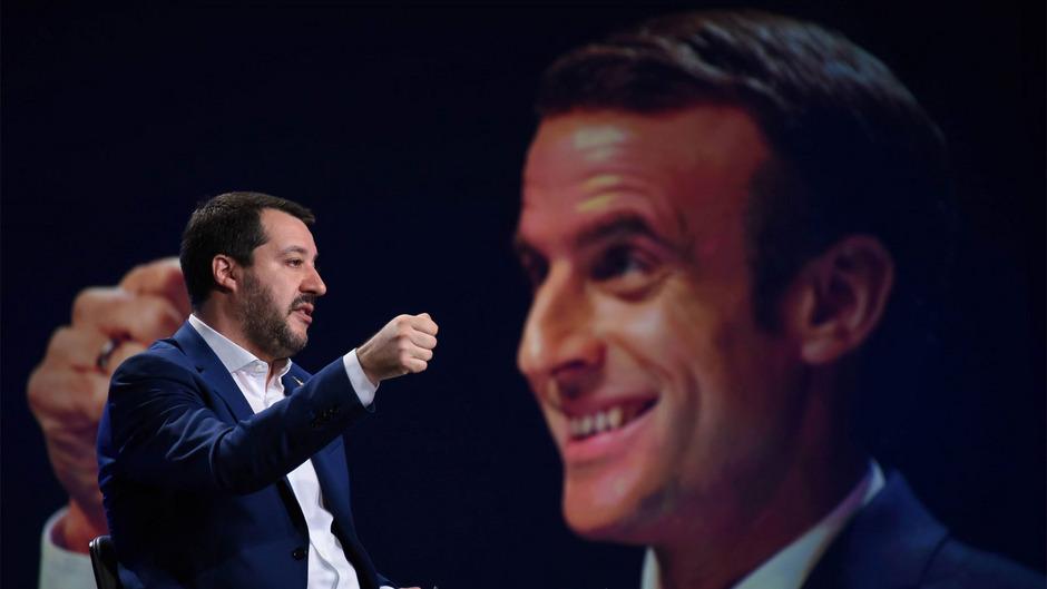 Der italienische Vize-Regierungschef Matteo Salvini mit einem Bild des französischen Präsidenten Emmanuel Macron im Hintergrund.