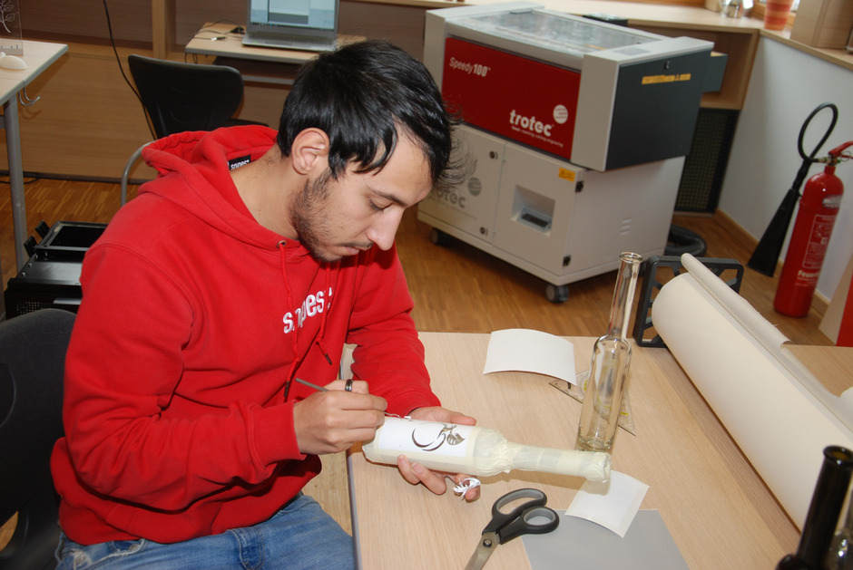 Im FabLab (offene Werkstatt) der Polytechnischen Schule Landeck planen und produzieren die Schüler mit Geräten wie 3D-Drucker, Laser-Cutter und CNC-Fräsen.