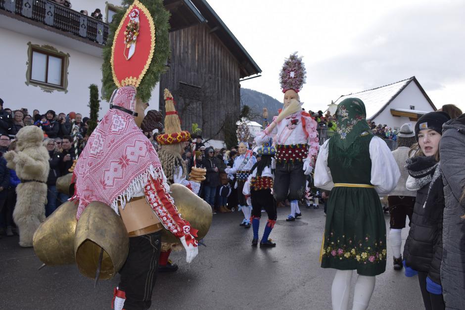 Neun Paare aus Rollner und Schallner bilden in Wald die zentrale Gruppe – der Schallner ist der Winter, der springende Rollner der Frühling.