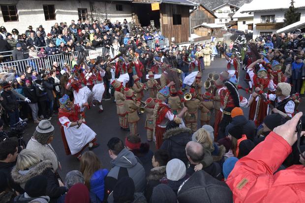 Im Kroas spielt auch die Hexenmusik der jüngsten Teilnehmer auf, zu der die Hexen im Kreis vor der Ehrentribüne tanzen.