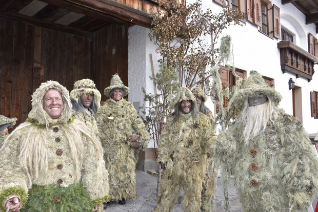 Auch die Waldmänner versammeln sich für den Umzug.