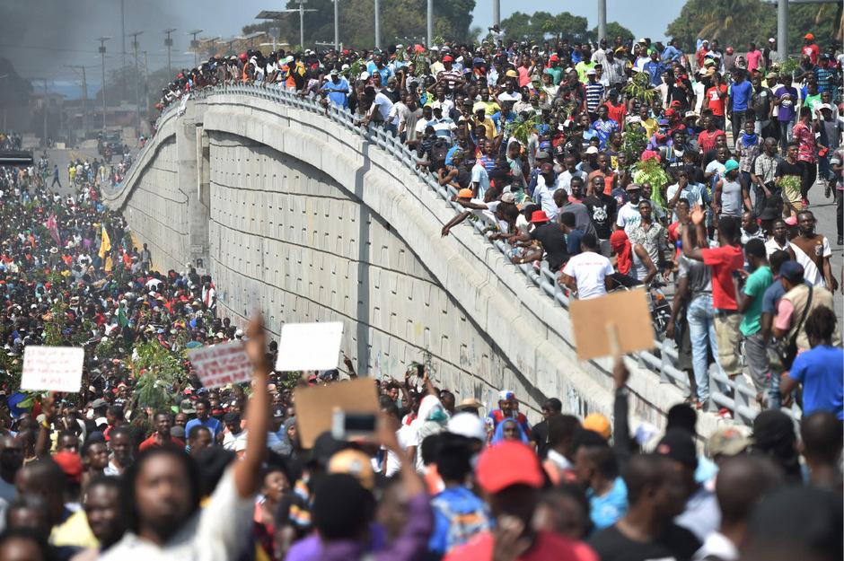 Tausende Demonstranten werfen der Regierung vor, Geld aus einem Hilfsfonds veruntreut zu haben.