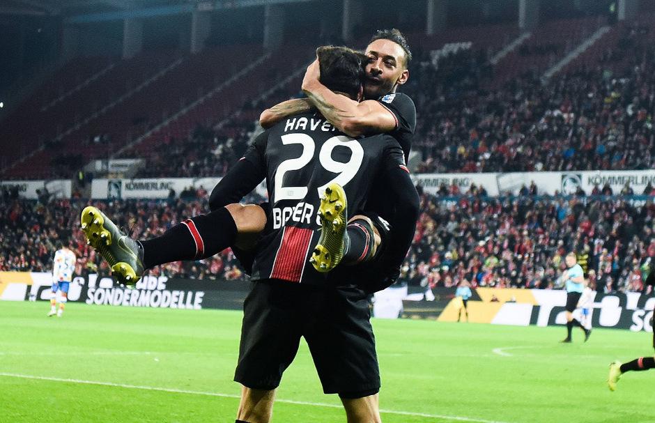 Torschütze Kai Havertz und Karim Bellarabi (Bayer Leverkusen) jubeln.
