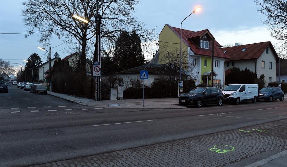 Hier, in der Jedlersdorfer Straße versuchten die Polizisten den Lenker zu stoppen, indem sie mit ihrem Auto die Fahrbahn blockierten. Als dieser nicht anhielt, eröffneten die Beamten das Feuer.