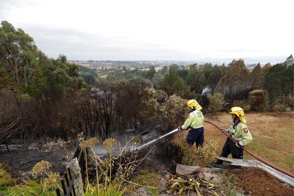 Die Feuerwehren kämpfen gegen die ausufernden Brände.