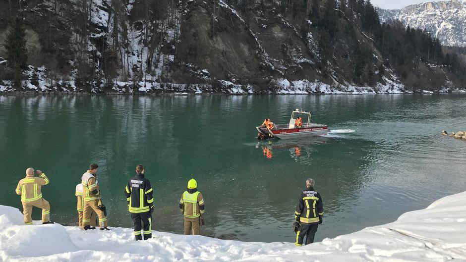 Die Einsatzkräfte konnten das Wrack rasch an die Wasseroberfläche bringen.