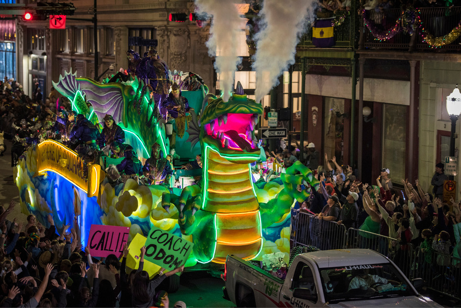 Wie eine siegreiche Sportmannschaft werden die Karnevalsgruppen auf den Umzugswägen bejubelt.