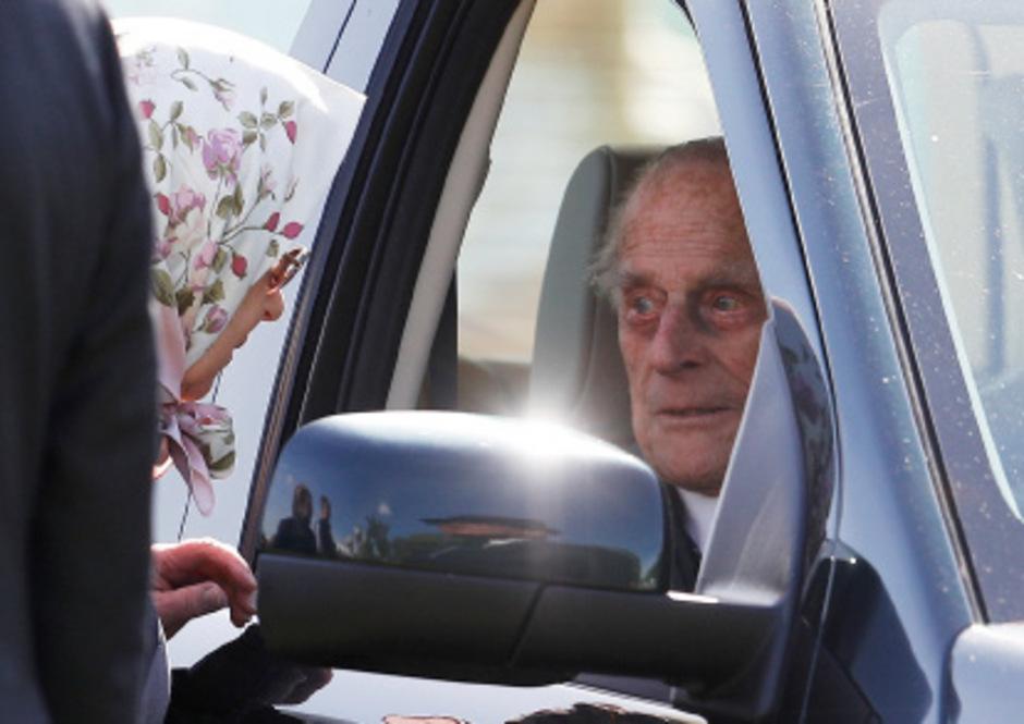 Queen Elizabeth im Kopftuch, ihr Mann Prinz Philip am Steuer eines Wagens. (Archivbild)