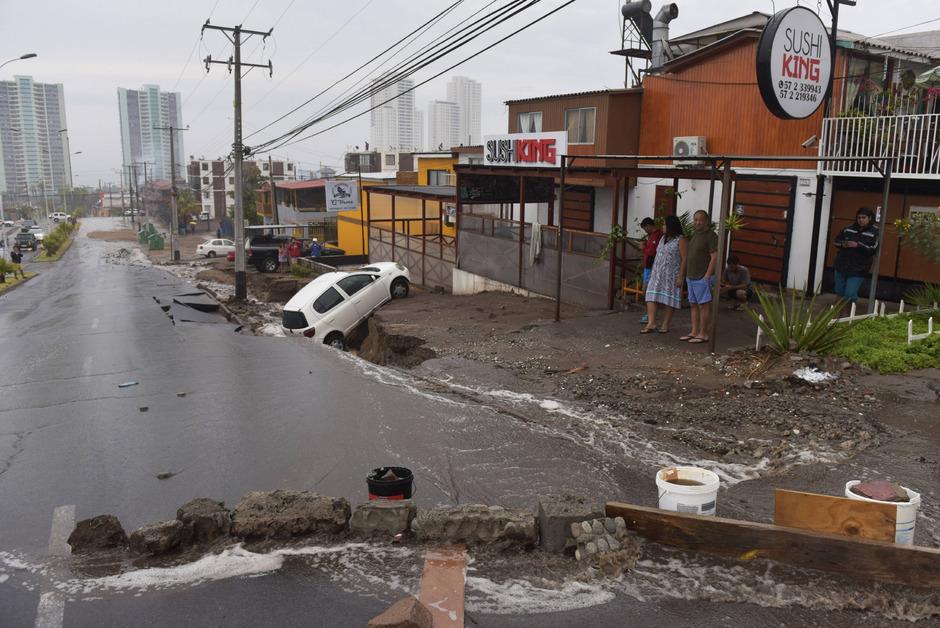 Eine Straße zwischen Iquique und Alto Hospicio musste wegen Erdrutschen geschlossen werden.