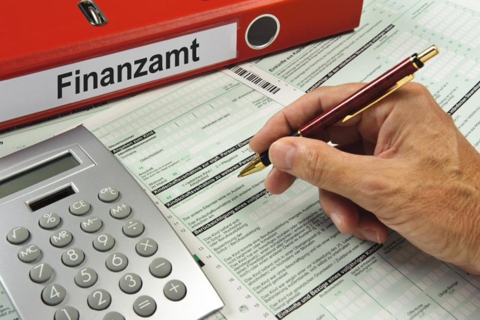 Mehr als fünf Millionen Steuererklärungen wurden zuletzt von Finanzbeamten bearbeitet, der Mitarbeiterstand sank auf 9000 Vollzeitjobs.
