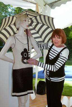 Mary Quant 2004 in Paris. Der von ihr kreierte Mini-Rock wurde über die Jahrzehnte abgewandelt, ist aber nach wie vor aktuell.