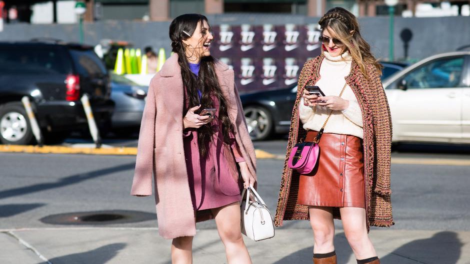 So trägt man Minirock im Jahr 2019: Zwei Fashionistas vor dem Besuch der Fashion Week in New York.