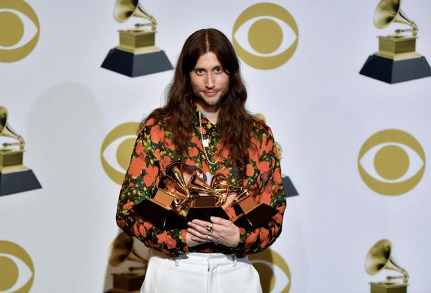"""Der schwedische Komponist Ludwig Göransson mit seinen Awards (er ging als Gewinner der Kategorie """"Beste Aufnahme"""" für  """"This Is America"""" von Childish Gambino hervor)."""