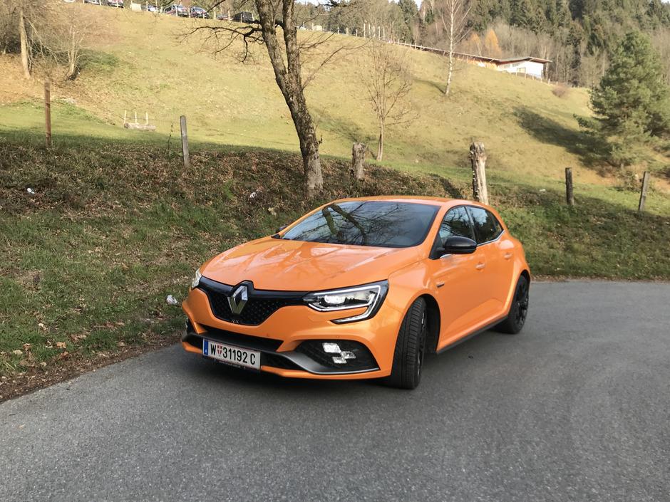 Verbreiterte Kotflügel, Renault-F1-Frontspoiler und Heckdiffusor kennzeichnen den R.S. Orange Tonic passt zum scharfen Auftritt.