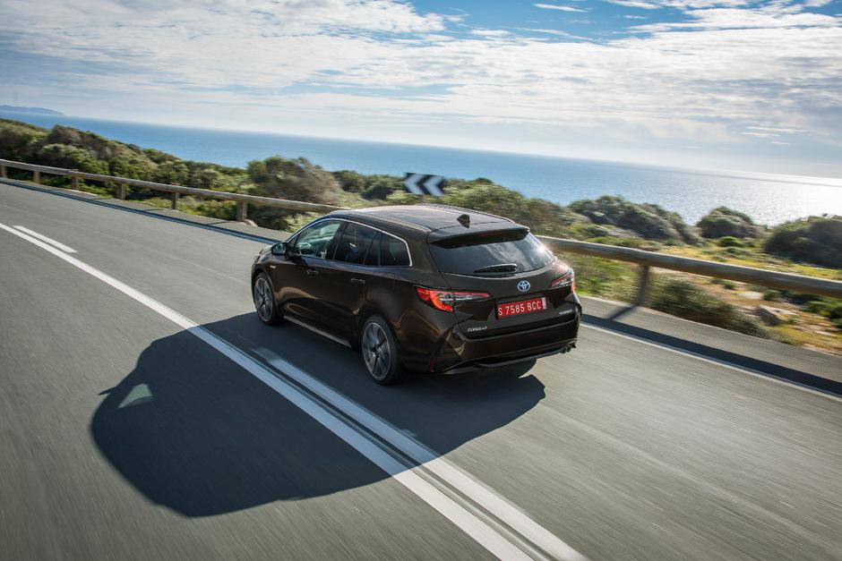 Ab 20.990 Euro bietet Toyota den Corolla an (Fünftürer), der Kombi Touring Sports ist ab 22.290 Euro verfügbar.