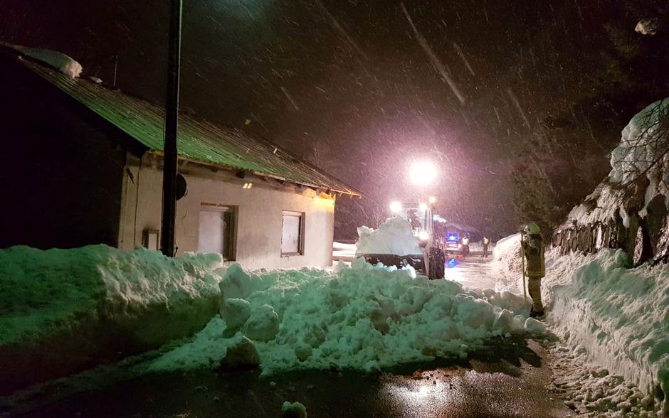 Die Schneefänger hielten der Schneelast nicht stand: In Lechaschau rutschte eine Dachlawine auf die Straße.
