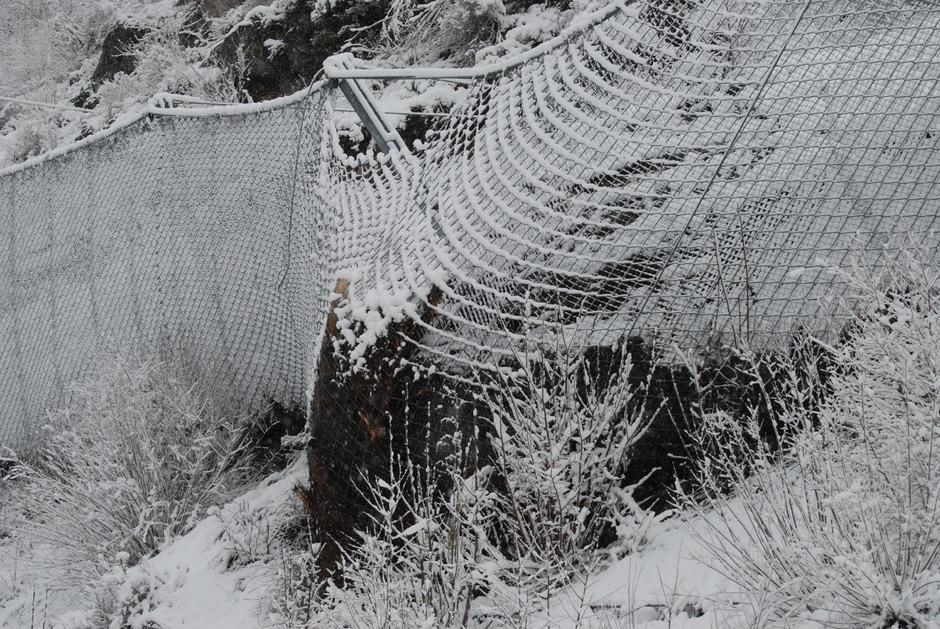 Der Schutzzaun an der L76 bei Fließ/Urgen ist zwar etwas gerissen, hat aber seine Funktion erfüllt: Ein tonnenschwerer Fels landete im Netz.