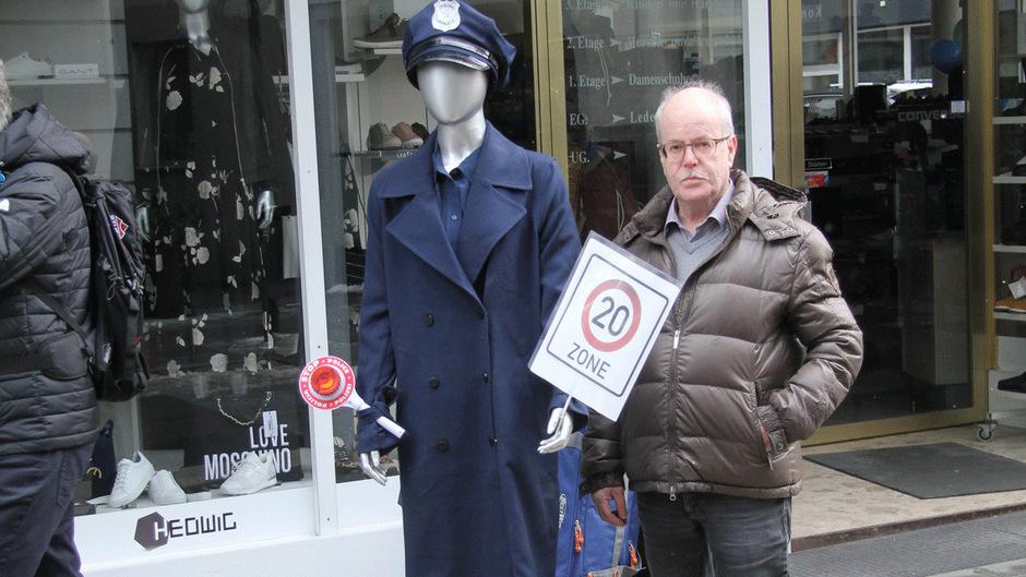 """Karl Harrer ist einer der Initiatoren der """"Polizistin"""" in der Malserstraße. Sie soll die Autofahrer an die 20er-Begrenzung erinnern."""
