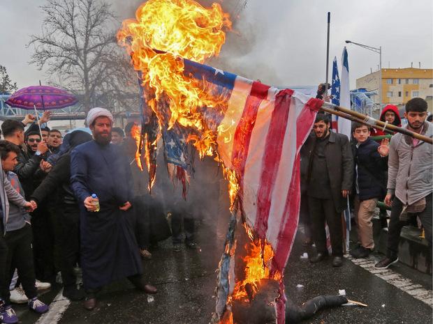 Auch ein Teil der Feierlichkeiten: Iraner verbrennen Flaggen von den USA und Israel.