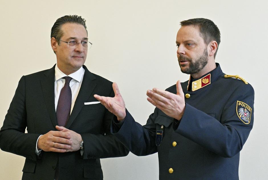 """Vizekanzler Heinz-Christian Strache (FPÖ) und Oberstleutnant Thomas Losko anlässlich eines Besuches im """"Bildungszentrum der Sicherheitsexekutive Wien""""."""