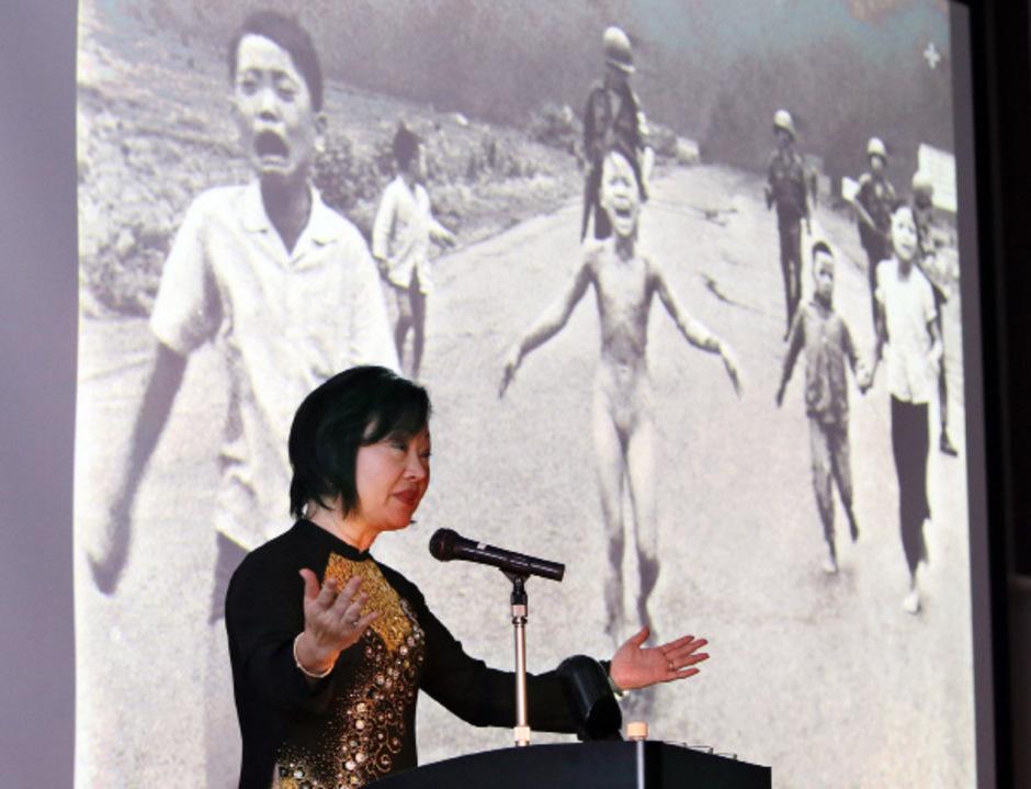 Kim Phuc bei einer Veranstaltung vor drei Jahren. Im Hintergrund das berühmte Foto, auf dem sie als Neunjährige flüchtet.