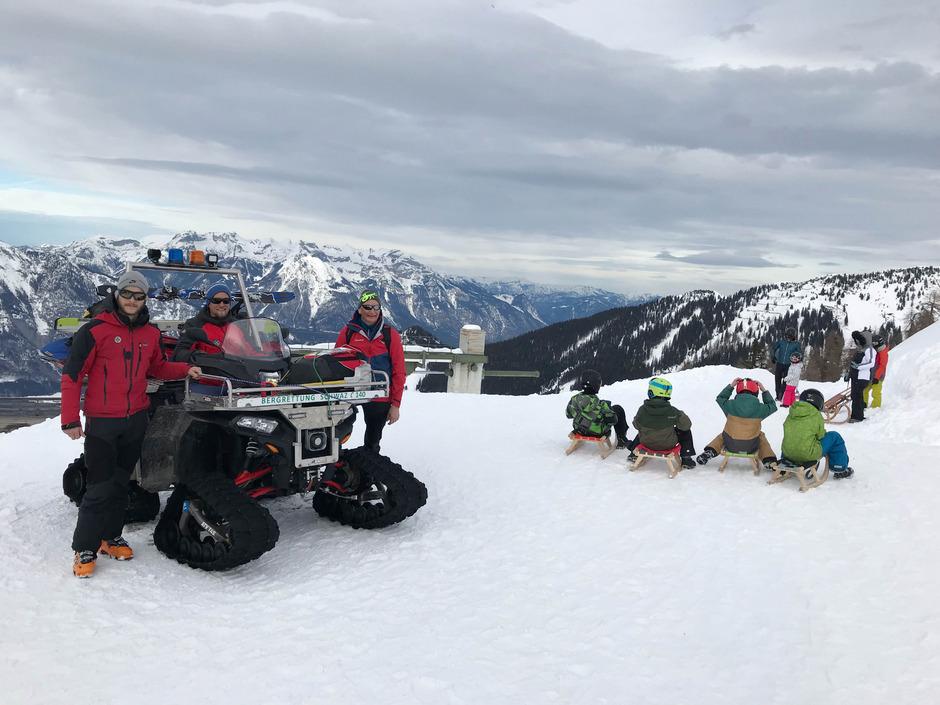 Rodelbahndienst für die Bergrettung Schwaz: Severin Parger, Gerald Graber und Fred Wallenta (v.l.) mit ihrem Quad beim Hecherhaus.