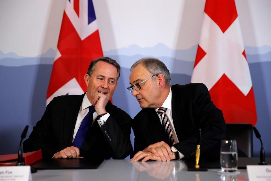 Der britische Minister für internationalen Handel, Liam Fox (li.) und der Schweizer Wirtschaftsminister Guy Parmelin unterschrieben einen neuen Handelsvertrag.