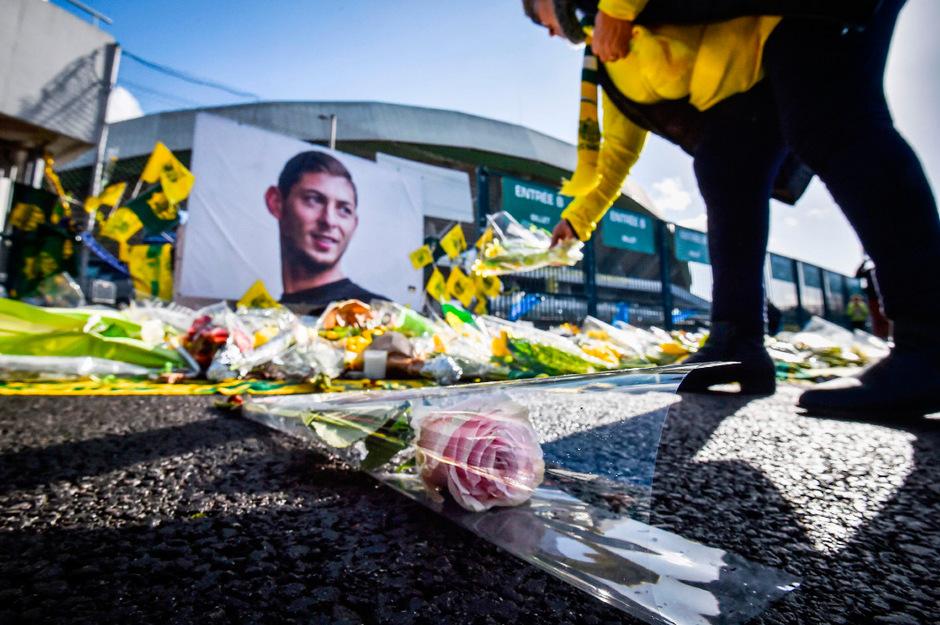 Bei einem Spiel vom FC Nantes wurden Blumen für den verunglückten Emiliano Sala niedergelegt.