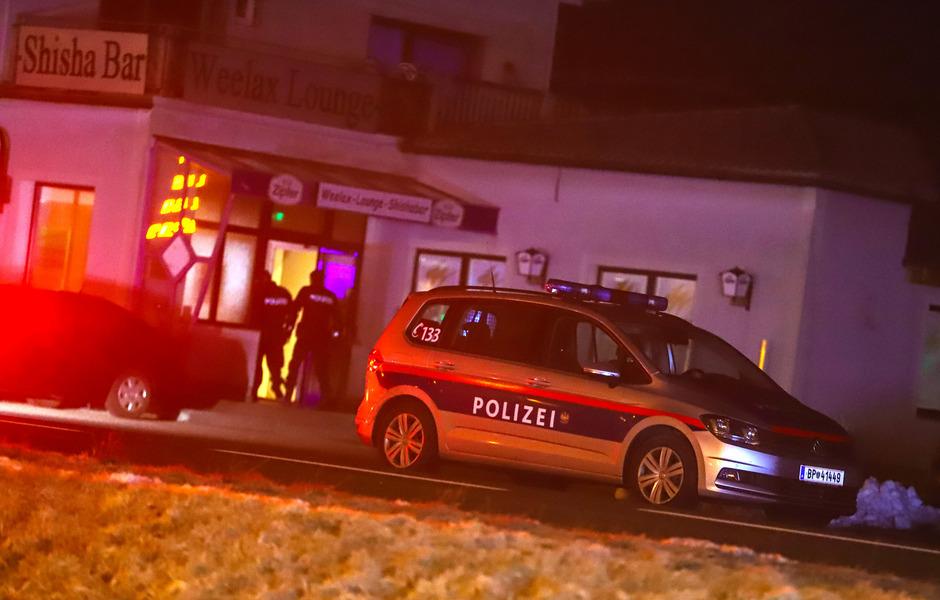 Nach einem Streit zwischen zwei Gruppen in einem Lokal in Regau kam ein Mazedonier in der Nacht auf Samstag ums Leben.