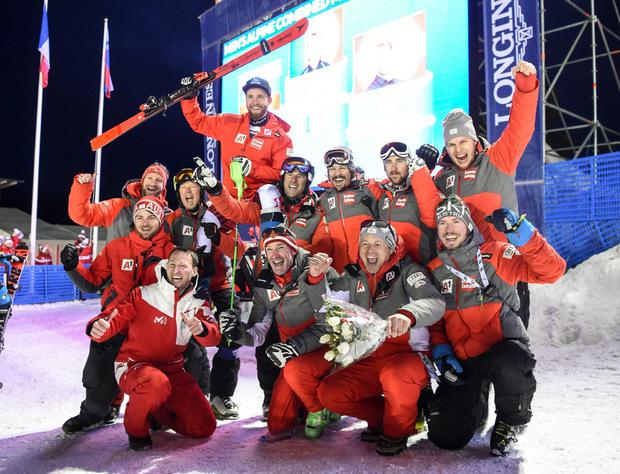 Das ÖSV-Team feierte Marco Schwarz. Es war die dritte Medaille für Österreich bei der WM in Aare.
