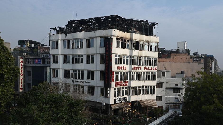 Ein Feuerwehrvertreter sagte, Holzverkleidung in den Fluren habe die Menschen an der Flucht gehindert. Die Polizei nahm Ermittlungen zur Brandursache auf.