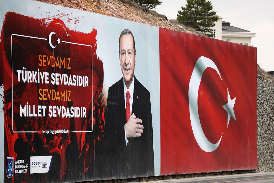 """Auf einem Plakat erklärt Staatschef Erdogan seine """"Liebe zur Nation""""."""