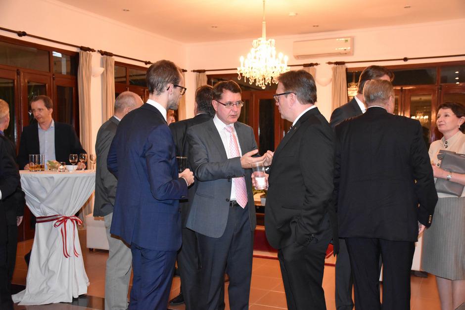 Österreichs Botschafter Thomas Schuller-Götzburg (M.) im Gespräch mit LH Günther Platter und dessen Büroleiter Florian Tursky.