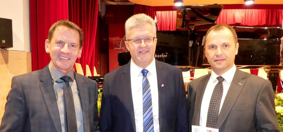 Landesmusikdirektor Helmut Schmid (r.) und Hopfgartens Bürgermeister Paul Sieberer (l.) gratulierten Musikschulleiter Sepp Gandler.